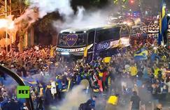 Le car de Boca Juniors se dirigeant vers l'aéroport afin de prendre la direction de Madrid, pour la finale de la Copa Libertadores contre River Plate.