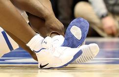 La chaussure gauche de Zion Williamson éventrée pendant un match universitaire.