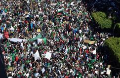 Algérie: une foule immense défile contre le régime