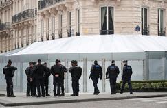 «Gilets jaunes» : l'image saisissante du Fouquet's barricadé