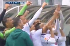 Les joueurs du Youssoufia Berrechid prennent leur temps pour se prendre en selfie après avoir ouvert le score.