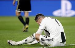 Cristiano Ronaldo se prend la tête entre les mains après l'élimination de la Juventus en Ligue des champions.