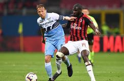 Tiémoué Bakayoko (à droite) a été la cible d'insultes racistes pendant la rencontre entre le Milan AC et la Lazio Rome.