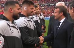 Maks Van Dyk et Emmanuel Macron lors du protocole