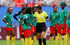 Les Camerounaises discutent avec l'arbitre