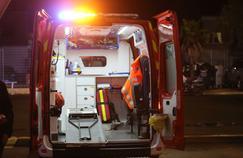 Une ambulance devant un stade de foot