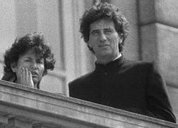 Jack Lang au balcon de son ministère et vêtu de sa veste à col Mao, en 1981.