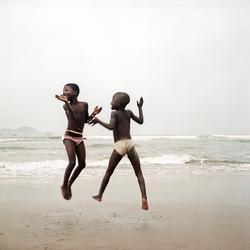 <i>Deux sœurs sur une plage</i>, Apam, Ghana,2012, deDenisDailleux.