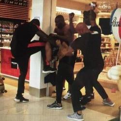 Trois hommes s'en prennent violemment à un quatrième dans une des vidéos de l'altercation.