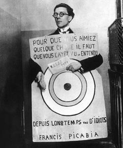 André Breton portant une affiche de Francis Picabia à un festival dada en mars 1920.