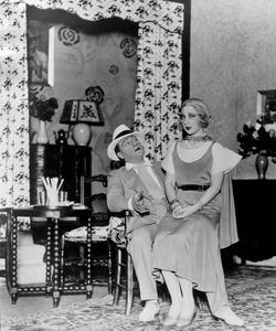 Sacha Guitry et Yvonne Printemps (sa deuxième épouse) dans une pièce de théatre dans les années 1920.