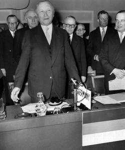 Konrad Adenauer, chancelier de la RFA (République Fédérale d'Allemagne) prononce un discours apres l'entrée de l'Allemagne de l'Ouest au sein de l'OTAN, lors d'une session du Conseil Atlantique au palais de Chaillot , à Paris, le 6 mai 1955.