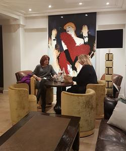 Intimité au petit salon «Gatsby leMagnifique», ausous-sol delabrasserie-boutique.