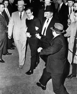 L'assassinat de Lee Harvey Oswald par Jack Ruby dans les garages de la police de Dallas le 24 novembre 1963.