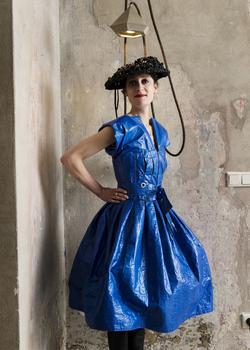 L'art de la récup. La styliste et plasticienne Isabel Vollrath, habillée de ses créations.