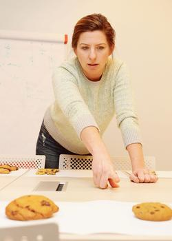 Kristin Frederick pendant le test des «chocolate chip cookies».