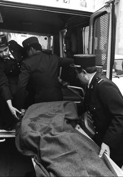 des policiers transportent la dépouille d'Henri Curiel, le 4 mai 1978, après son assassinat.
