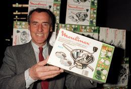 Photo prise le 29 février 1988 à Alençon de Roland Darneau, alors PDG de Moulinex, présentant le presse-purée mécanique.