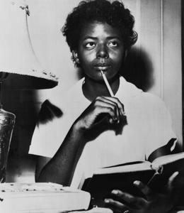4 septembre 1957 à Little Rock, Elizabeth Eckford étudie à la maison: la veille des gardes nationaux ont interdit l'accès au lycée aux personnes de couleur.