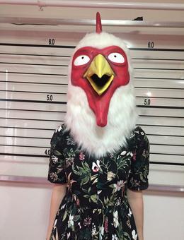 La mangaka Paru Itagaki déguisée en poulet pour préserver son anonymat.