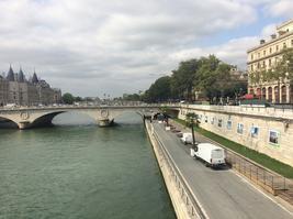 A 13h jeudi au niveau de Châtelet, les derniers camions achèvent de ranger le mobilier de Paris-Plages, terminé dimanche dernier. Sur le pont, les voitures avancent au ralenti.