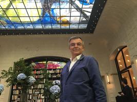 L'artiste Fabrice Hubert devant sa verrière du grand salon.