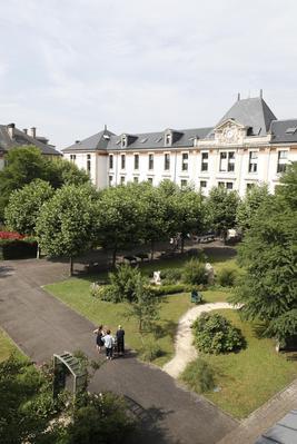 Vue sur la cour d'honneur de l'hôpital transformée en jardin thérapeutique depuis septembre 2010.