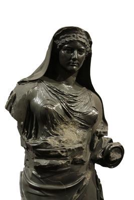 <i>Agrippine la Jeune en prêtresse</i> du culte du divin Claude, après 54 (Rome, Musei Capitolini, Centrale Montemartini). Réalisée en grauwacke, un grès venu d'Egypte, elle devait orner le temple de Claude bâti au cœur d'un immense portique sur le Caelius. La tête est un moulage d'après l'original conservé à la Ny Carlsberg Glyptotek de Copenhague.