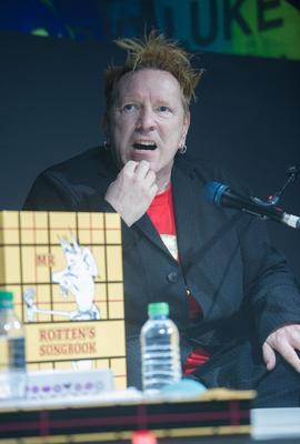 Johnny Rotten présentant son recueil de paroles