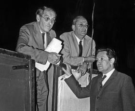Jean Anouilh, André Barsacq et Jean- Michel Damase à l'opéra de Monte Carlo à la dernière répétition de «Madame de» le 25 avril 1970.
