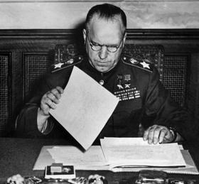 Le maréchal russe Joukov examine les conditions de reddition des armées allemandes lors de la seconde capitulation allemande le 8 mai 1945 à Karlhorst près de Berlin.