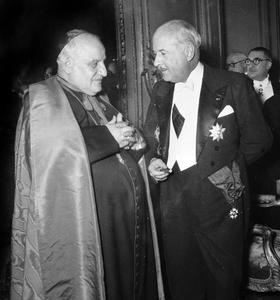 Réception au Palais de l'Élysée à Paris le 23 février 1949: à gauche Monseigneur Angelo Giuseppe Roncalli (futur pape Jean XXIII) et André François-Poncet (haut commissaire de la République française en Allemagne, de 1949 à 1955).