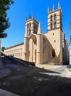L'entrée de la Cathédrale Saint-Pierre