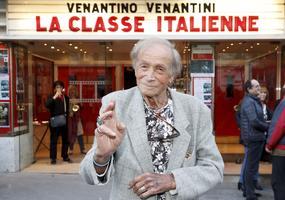 Venantino Venantini devant le Fronton du cinéma Mac Mahon.