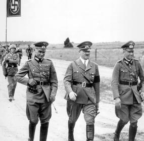 Manoeuvres de la Wehrmacht: le Général von Brauchitsch, Adolf Hitler, et le Général Blaskowitz au mois d'août 1938.
