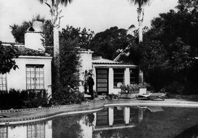 Un policier devant la porte de la maison de Marilyn Monroe lors de l'enquête suivant son décès.