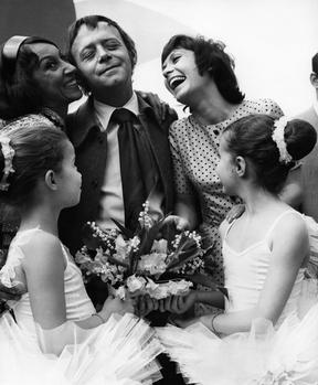 Jacques Laurent reçoit le prix Cœur Volant pour «La Communarde» en mai 1971, il est félicité par la danseuse Janine Charrat et l'actrice Daniele Evenou.