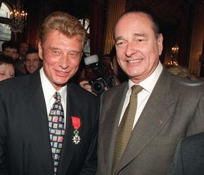 En 1997, le président Chirac remet en mains propres la Légion d'honneur à Johnny.