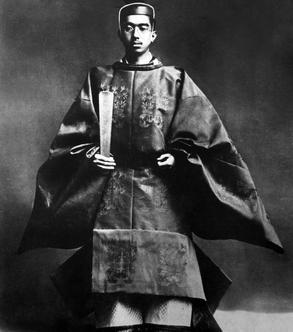 L'empereur Hirohito en costume traditionnel lors de son couronnement en 1928.