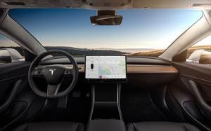 La planche de bord ne comporte qu'une tablette et deux leviers de commande de part et d'autre du volant.