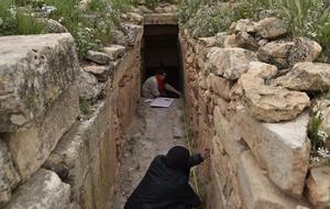 Un système de galeries, dont des chambres funéraires, laisse penser à des sépultures collectives.