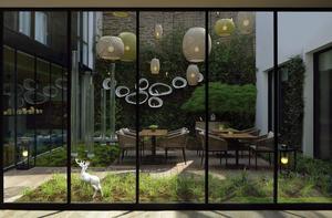 Déco d'inspiration nordique pour le patio verdoyant du Balthazar Hôtel et Spa, à Rennes.