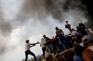 À la frontière colombienne, un des camions d'aide a pris feu.