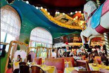 La brasserie La Rotonde dans son décor de carrousel Pompadour.