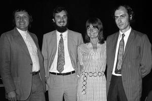 Les architectes de gauche à droite: Richard Rodgers, Renzo Piano, madame Rodgers, et Gianfranco Franchini en 1971.