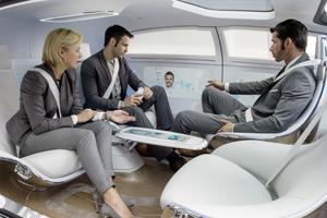 Les quatre passagers peuvent se faire face lorsque la voiture roule grâce aux fauteuils orientables à 180 degrés.