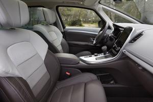 L'Espace dispose d'une boîte à gants tiroir de 12 litres. Les sièges offrent un bon maintien. Le coloris en dégradé du cuir est original.