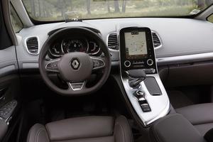 Une tablette tactile commande la plupart des systèmes du véhicule.