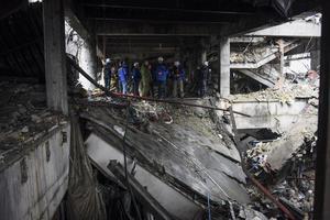 Des observateurs de l'OSCE sur les ruines de l'aéroport de Donetsk.