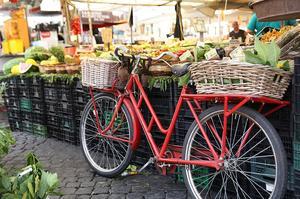 Aller faire le marché du Rialto à Venise.
